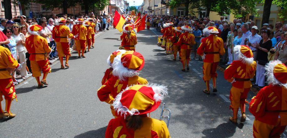Marschformation durch die Herrenstrasse in Rastatt